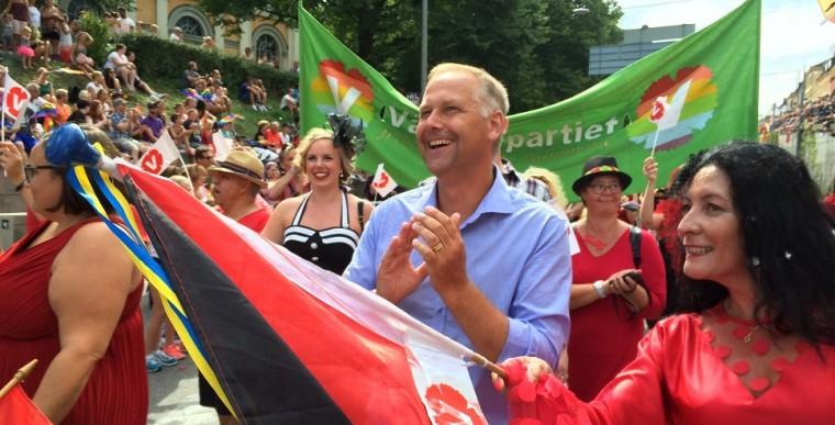 Prideparaden i Stockholm. Jonas Sjöstedt och Jeannette Escanilla, landstings- och riksdagskandidat från Uppsala län.
